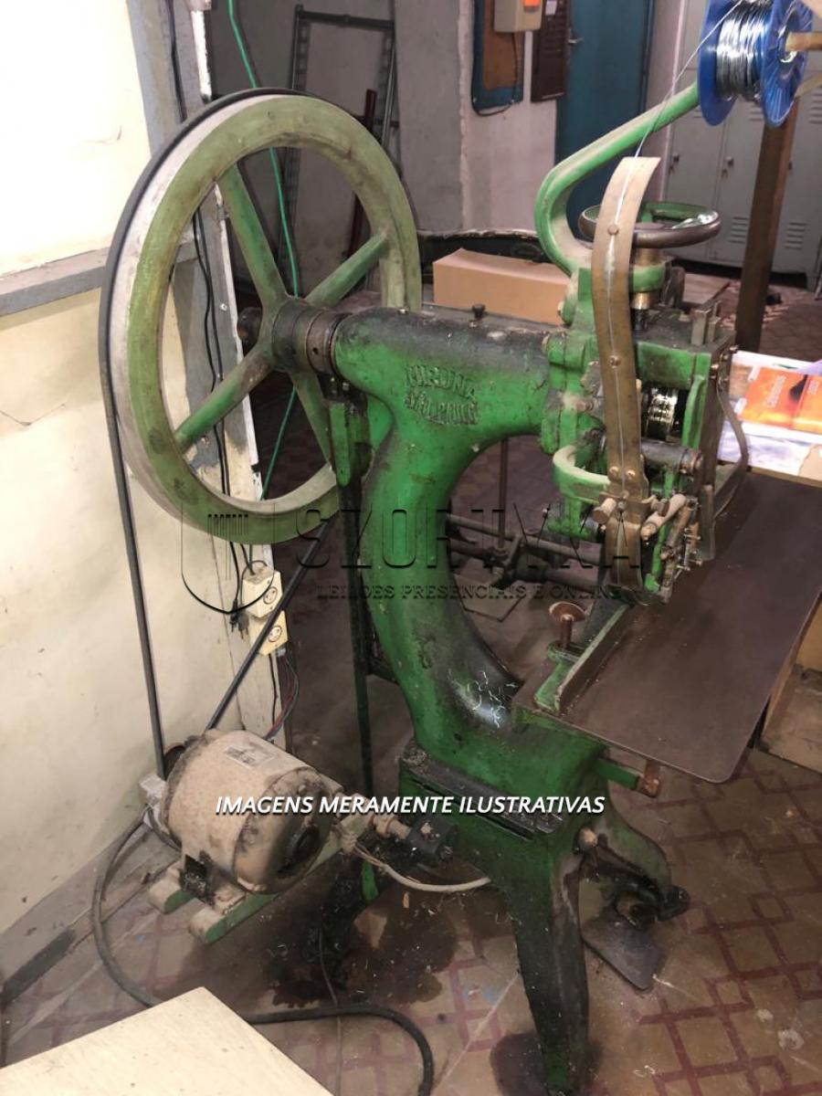 01 (uma) grampeadeira automática