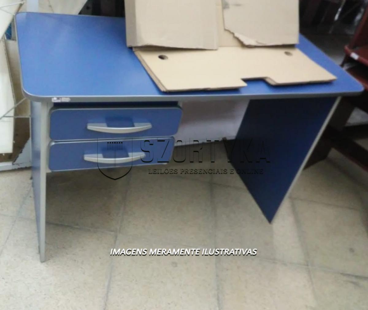 LOTE 002 - 01 (uma) escrivaninha em aglomerado, cor azul, com duas gavetas