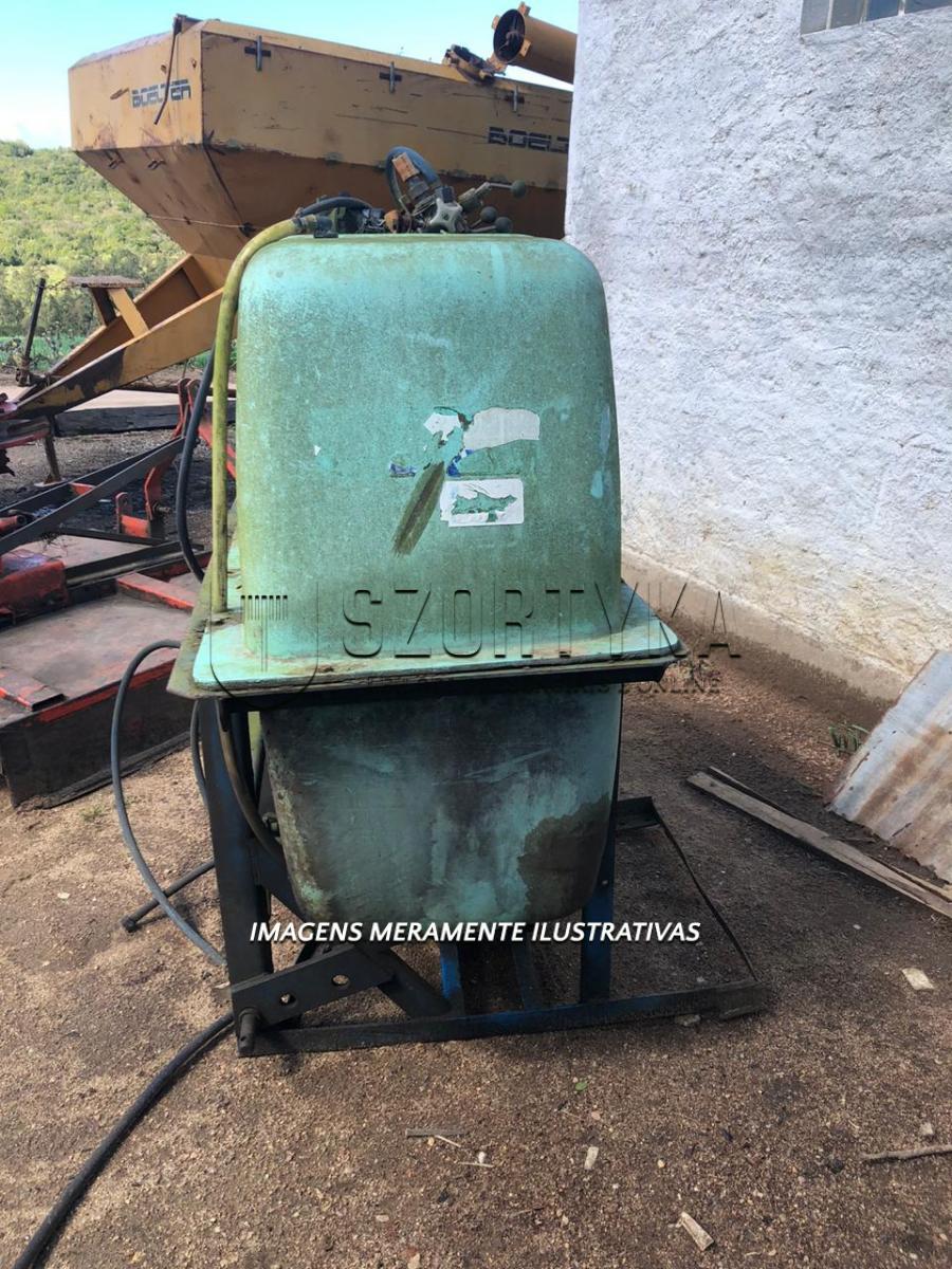 01 (um) pulverizador, 800 litros, cor verde, sem as barras de pulverização