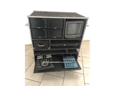 01 Ilha de edição (05 monitores, 01 DVD, 01 mesa de vídeo e 01 mesa de áudio)